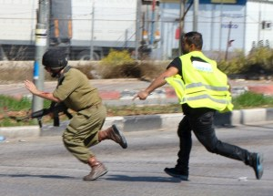 Palestinian_chases_soldier