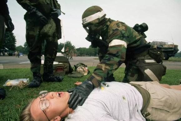 Fuzileiros navais dos EUA treinam para o terrorismo químico tóxico.