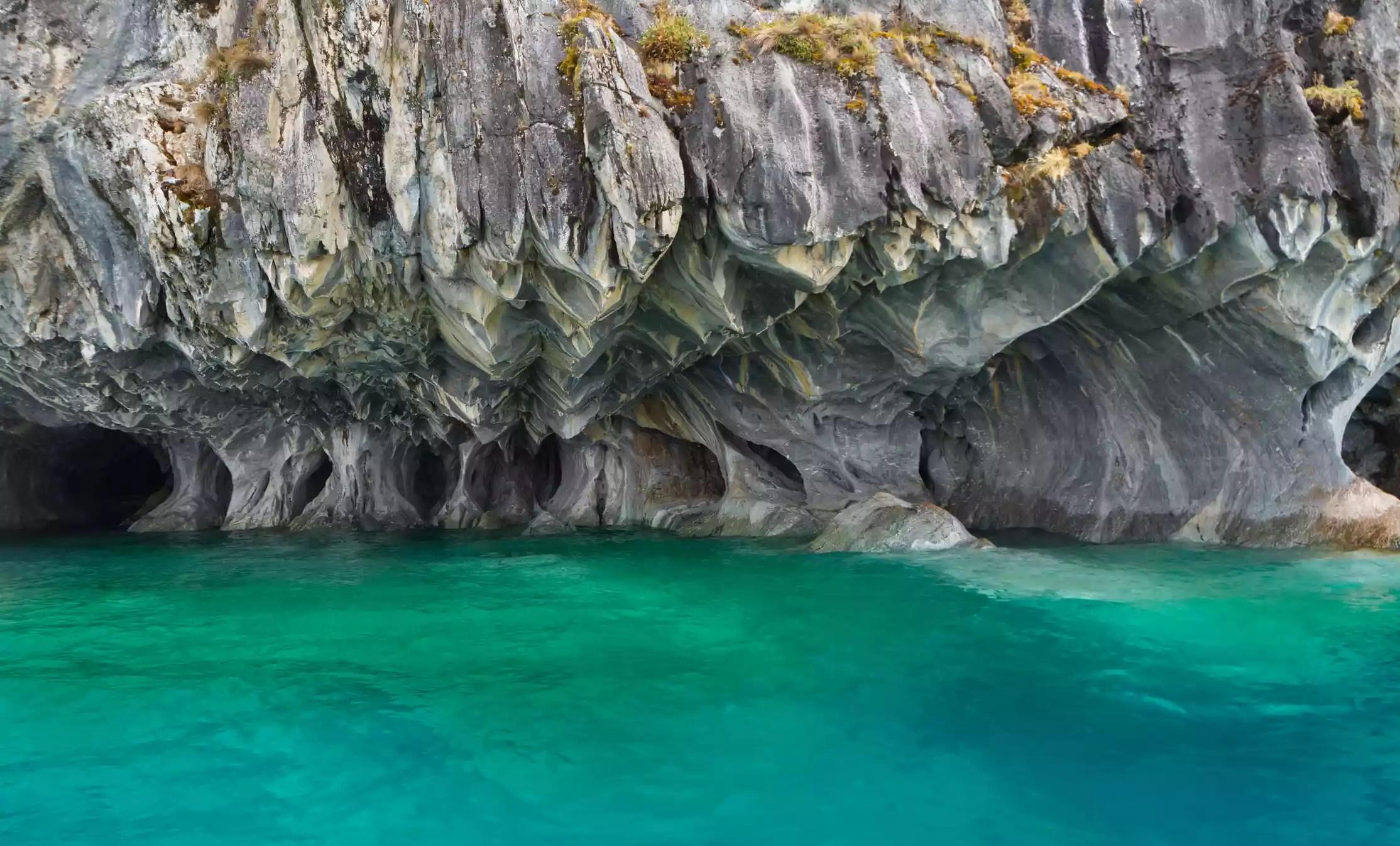 Mermer mağaralar üzerinde General Carrera Gölü, Puerto Tranquilo, Şili.