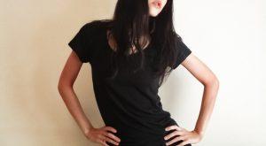 黒や濃いネイビーシャツ