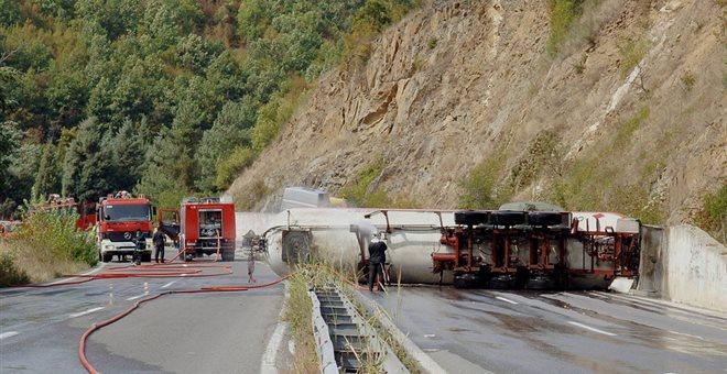 Διαρροή καυσίμου έπειτα από σοβαρό τροχαίο στην Κορωπίου - Μαρκοπούλου