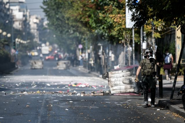 Επεισόδια έξω από την ΑΣΟΕΕ: Εκαψαν κάδους στην Πατησίων