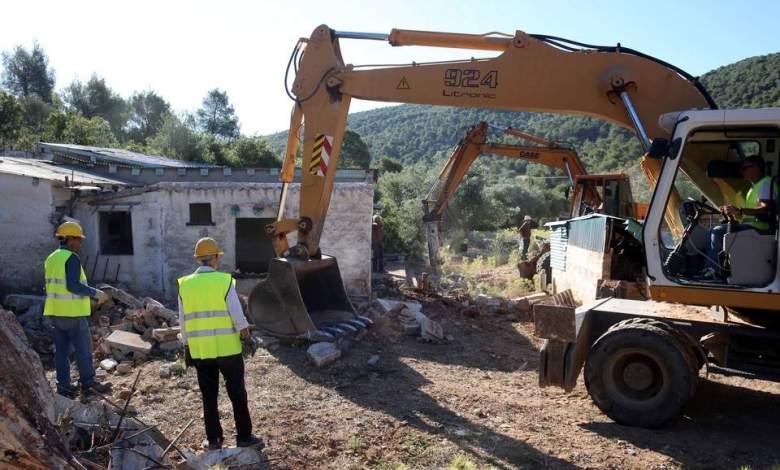 Ξεκίνησαν οι κατεδαφίσεις αυθαιρέτων στη Μάνδρα [φωτογραφίες]