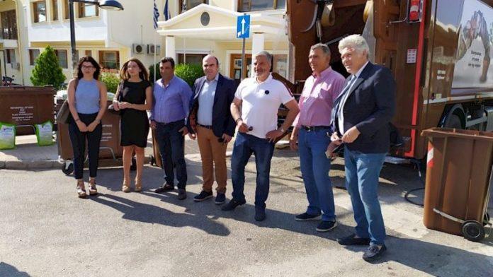 Μάνδρα: Απορριμματοφόρο ανακύκλωσης και καφέ κάδους παρέλαβε ο Δήμος