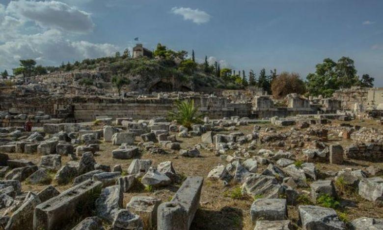 Ο Γιάννης Βογιατζής διαβάζει την «Ελληνική Νομαρχία» στον αρχαιολογικό χώρο της Ελευσίνας