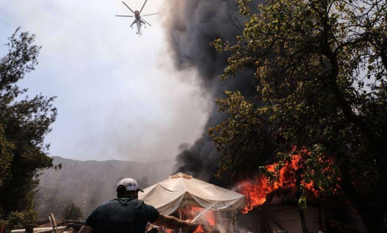 Μάχη σε Ροδόπολη και Διόνυσο - Καίγονται σπίτια και αυτοκίνητα