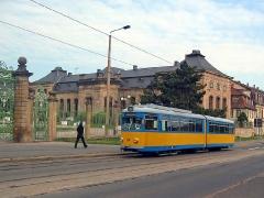 Triebwagen 324 vor der Orangerie. (15. Juni 2005)