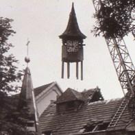 Der alte Dachreiter der Kapelle wird abgebaut