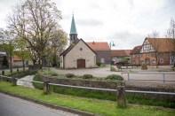 Kapelle St. Jürgen mit dem Dorfplatz
