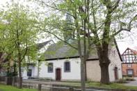 Kapelle St. Jürgen mit dem dem ehemaligen Schulgebäude auf der linken Seite