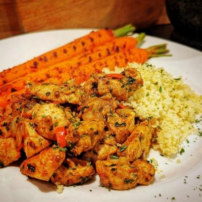 Marokkaans gekruide kip en gekruide wortel
