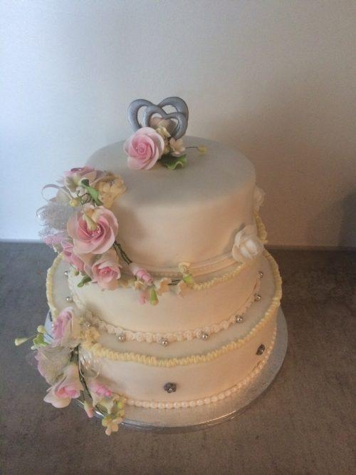 2e bruidstaart, eenvoudig met een boeketje van roze roosjes