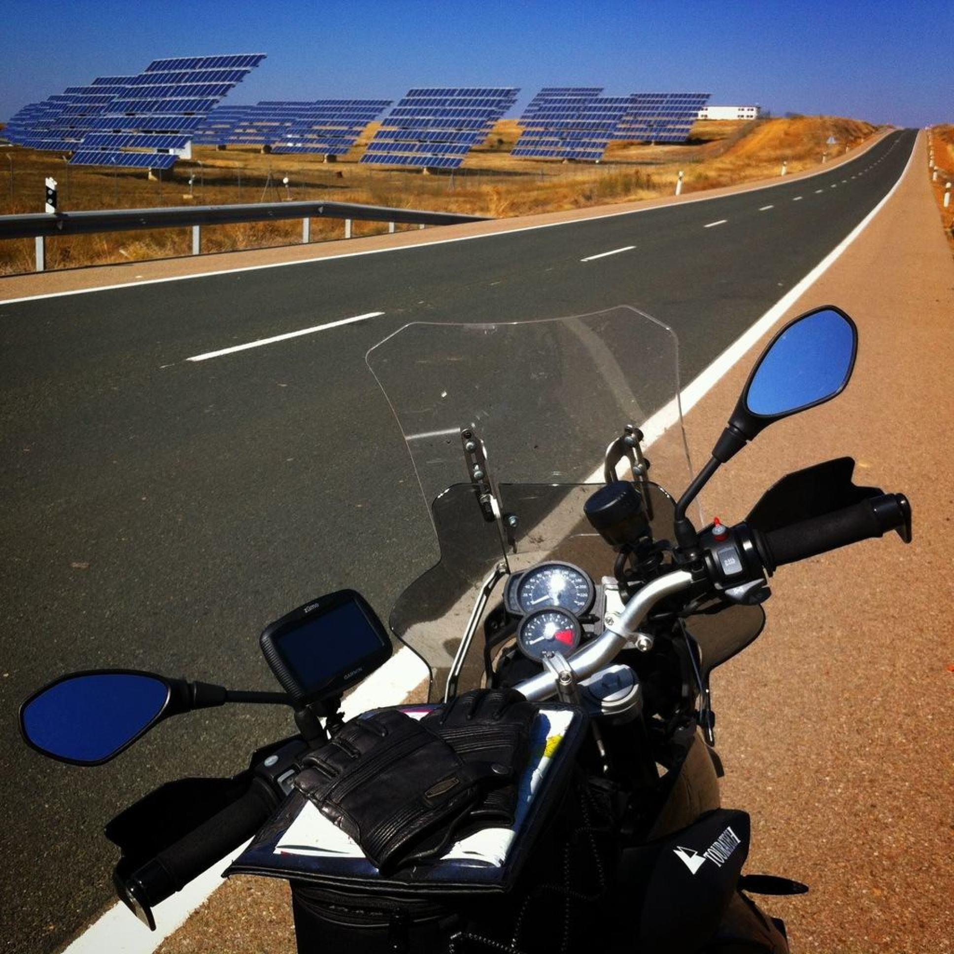 Dia 3. A caminho dos Picos da Europa, passando por Zamora, a paisagem é quase sempre plana, com muitos campos de cultivo de cereais e várias centrais fotovoltaicas.