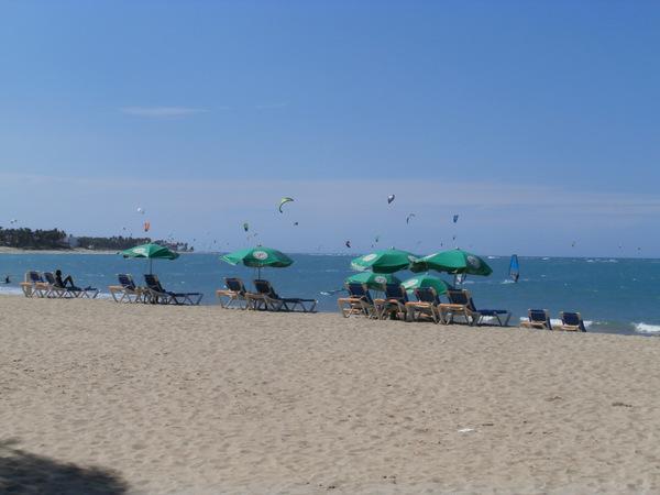 La spiaggia di cabarete: lettini e surfers