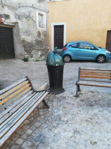 Rifiuti abbandonati nel centro storico di Tivoli
