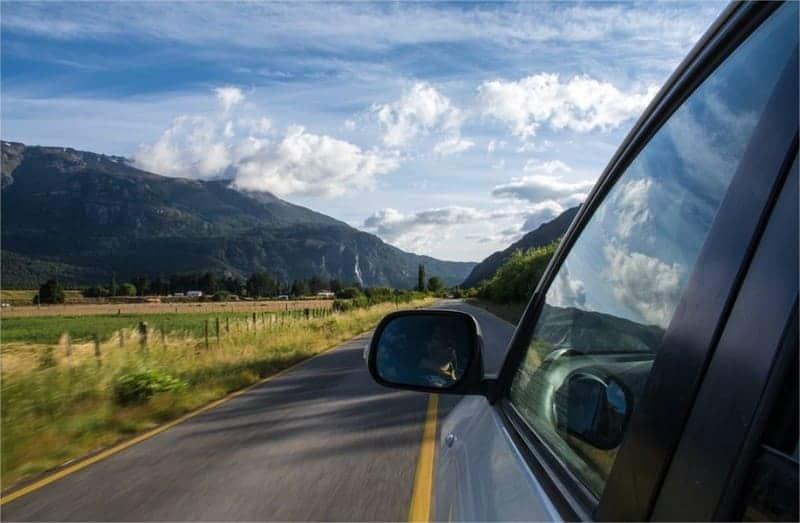 demande de permis international - voiture sur la route montagne et nuages
