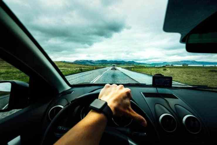 assurance auto - conducteur conduisant sur la route