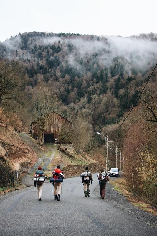 randonnée pyrénées village et route