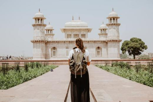 voyage pour célibataire - femme seule qui voyage monument