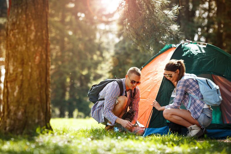 camping dans la forêt couple - tente