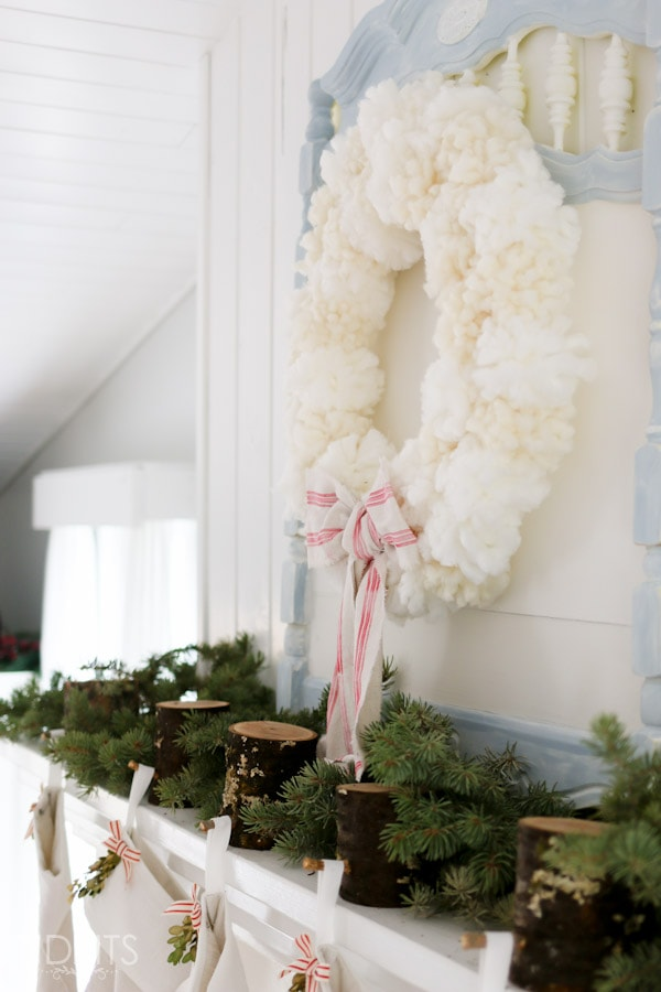 How to make a pom pom wreath from yarn - the quick and easy way. By TIDBITS.