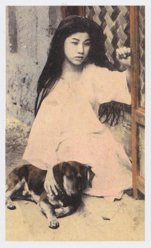 gammalt svartvitt foto på ung japansk kvinna