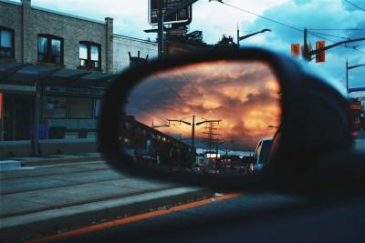 backspegel på bil illustrerar ett av de bästa skrivtipsen jag råkat på