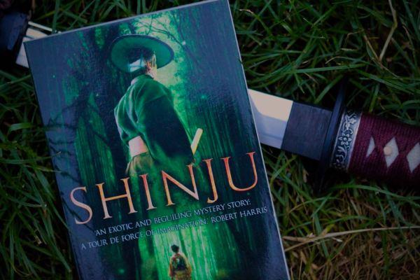 boken shinju och samurajsvärd på gräsmatta
