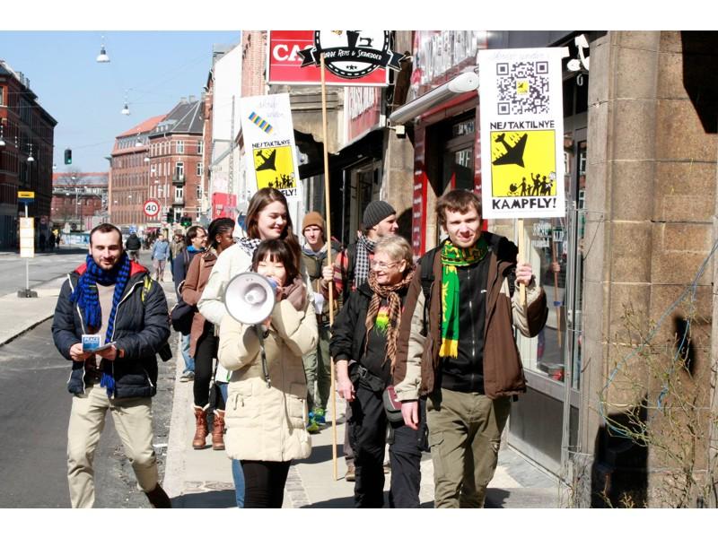 Aktivister på vej til Dronning Louises Bro_2