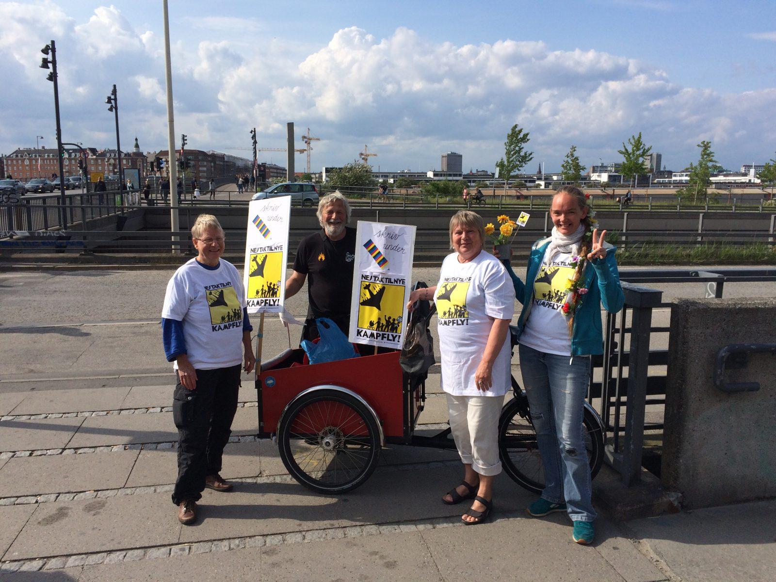 Aktivister foran Fisketorvet i København