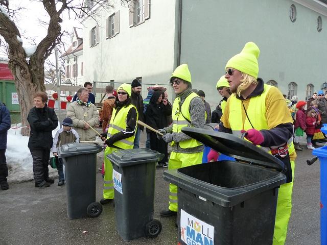 Müllmänner in Aktion im Fasching