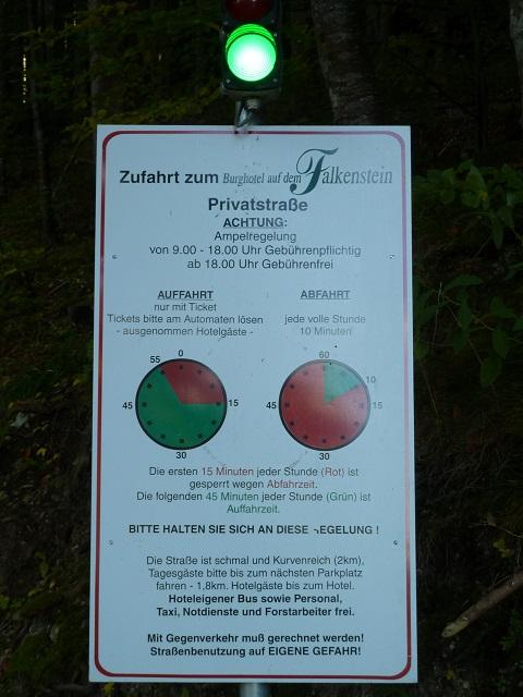 Schild mit Regelung zur Zufahrt zum Burghotel Falkenstein