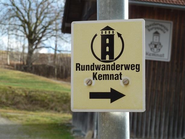 Wegweiser Rundwanderweg Kemnat mit Römerturm