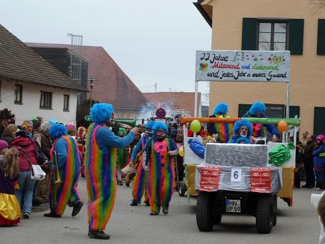 bunte Clowns auf dem Faschingsumzug Obergünzburg 2016