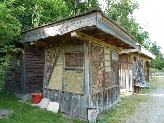 Naturlehrgarten Kompostklo und Insektenhotel