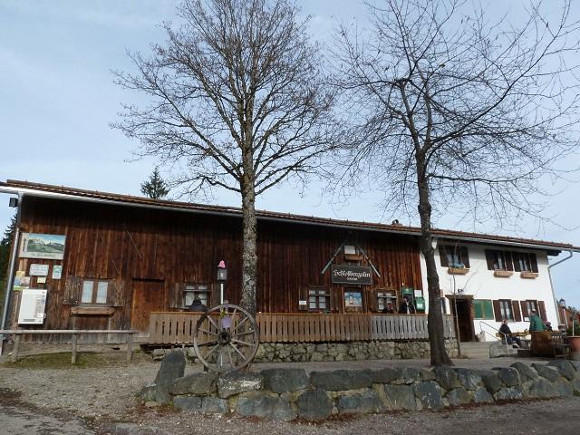 die Schlossbergalm bei den Burgruinen Eisenberg und Hohenfreyberg