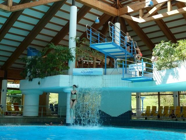 Sprungturm im Aquaria Oberstaufen mit Kindern in Aktion