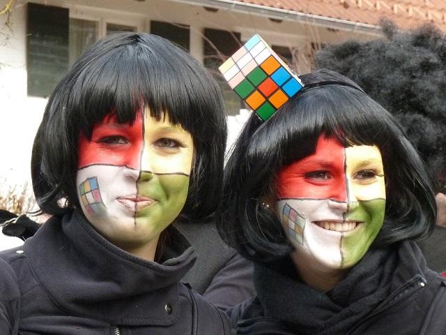 Zwei hübsche Rubik-Würfel im Portrait