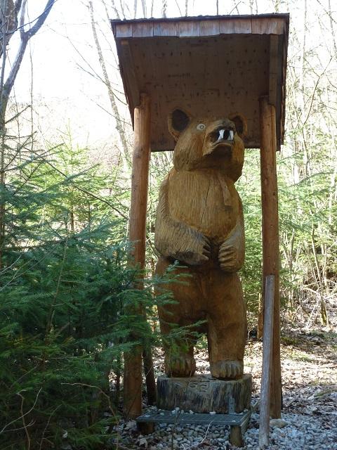 Holzbär auf dem Naturerlebnispfad Görisried