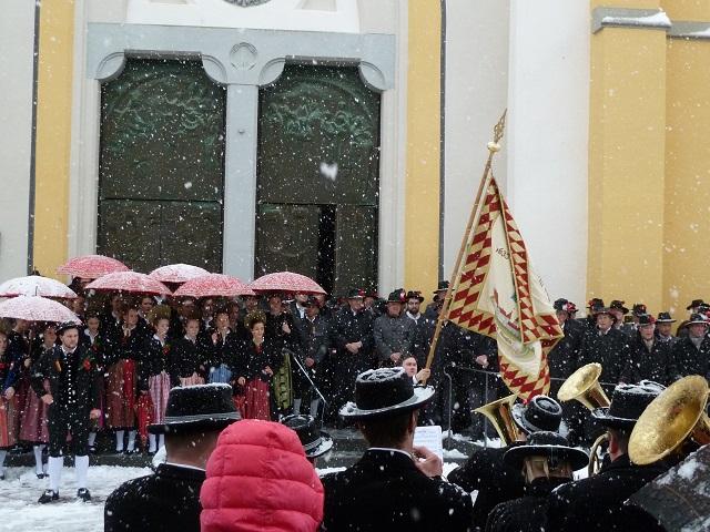 Traditionelles Fahnenschwingen vor der Kirche in Oberstaufen