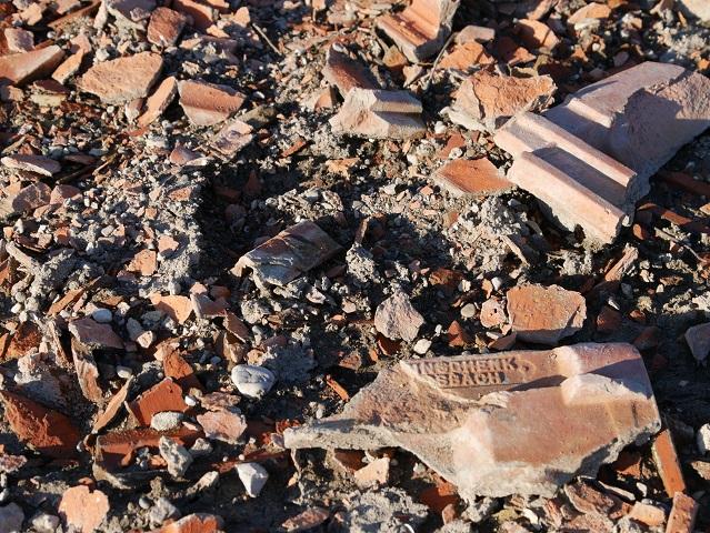 Ziegelreste in den Trümmern von Forggen am Grund des Forggensees