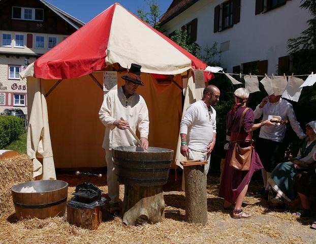 Günzacher Papierschöpfer auf dem Mittelaltermarkt Unterthingau 2017
