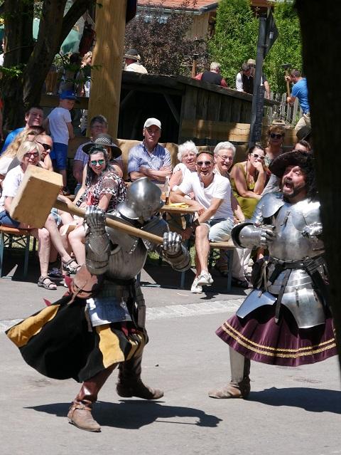 kämpfende Ritter mit einem Holzhammer