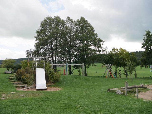 Rutsche und Schaukeln am Spielplatz Altusried