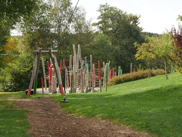 Seilrutsche und Klettergerüst am Spielplatz Altusried