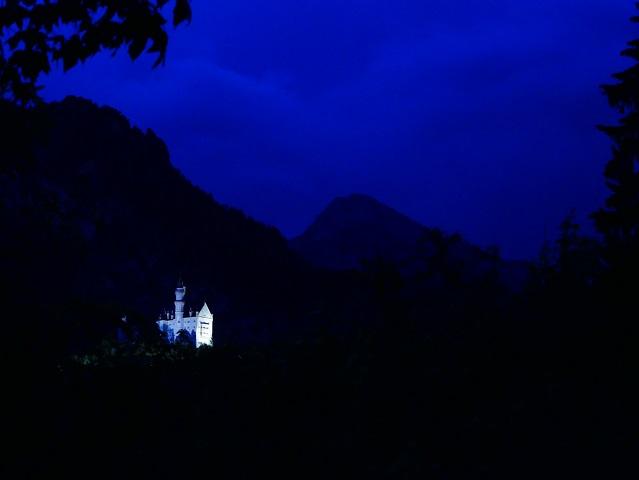 beleuchtet - Schloss Neuschwanstein in blauer Nacht
