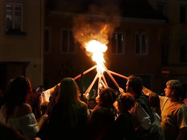 Entzünden der Fackeln für die Feuershow beim Tänzelfest Kaufbeuren