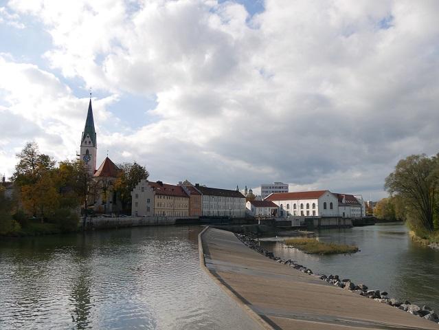 Blick über die Iller-Staustufe auf die Altstadt von Kempten im Allgäu