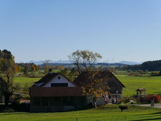 Blick auf die Schlossmühle Liebenthann und übers Günztal auf die Alpen