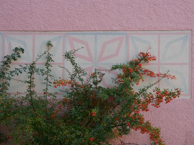 70er-Jahre-Ornament an einer Hausmauer in Obergünzburg